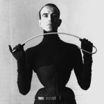 Le corsetier Monsieur Pearl pratique ce que l'on appel le tigh-lacing depuis son plus jeune âge, c'est aussi un corsetier mondialement connu. La réduction de taille est de 46 à 48cm.pratique ce que l'on appel le tigh-lacing depuis son plus jeune âge, c'est aussi un corsetier mondialement connu. Réduction de taille de 46 à 48cm.